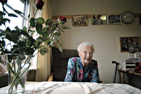 Kristi Øktedalen døde lørdag morgen, 109 år gammel. Her ble hun fotografert på rommet sitt på Bergtun omsorgssenter på Rødberg i forbindelse med 108-års dagen i fjor. FOTO: IRENE MJØSENG