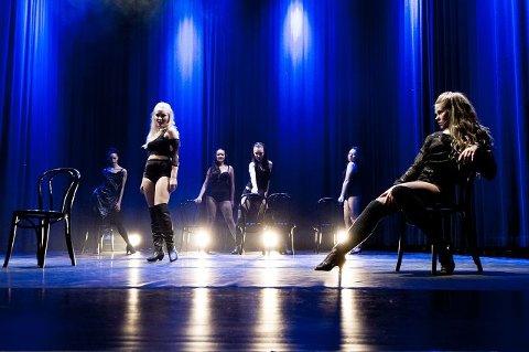 """""""Chicago"""". Scene fra musikalene """"Chicago"""" og """"Cellblock tango"""". På stolen; Louise Johansen"""