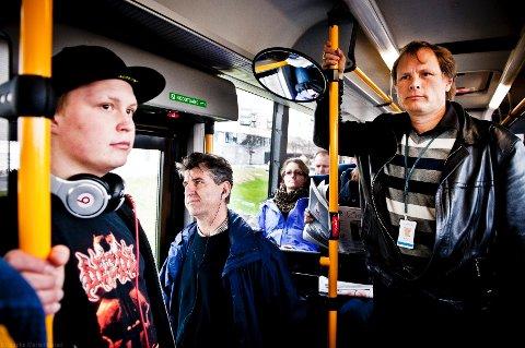 Det er ikke uvanlig at Vidar Havellen må stå på bussen som kjører mellom Drammen og Oslo, på vei hjem fra jobb. Etter at Buskerud kollektivtrafikk AS reduserte rutetilbudet midt i rushtiden stiller han spørsmål ved sikkerheten til passasjerene og ved hva politikerne egentlig mener når de snakker om kollektivsatsing og samtidig ikke bevilger penger til drift. – Dette er i strid med de miljømessige målene, sier han.