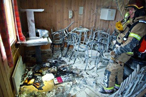 Ifølge innsatsleder Arne Guddal i politiet startet brannen på dette gulvet. - Lite sannsynlig at vi snakker om en selvantennelse, sier politiet.