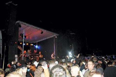 Liv foran og på scenen da Plumbo spilte på Torp.