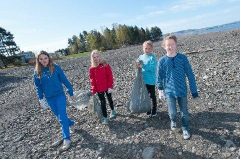 RYDDING: Prestrud-elevene Edel Johannessen, Silje Østli, Fredrik Larsen og Sivert Mortensen fant mye søppel langs Mjøsa.