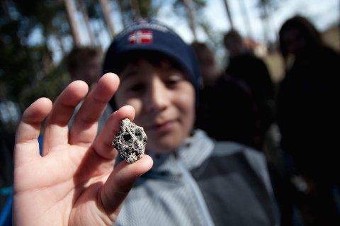 DØDNINGHODE: – Se på denne steinen. Den ser ut som et dødninghode, sier Tor Berard Holm.