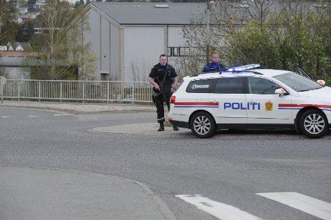 Bevæpnet politi kontrollerer trafikken i rundkjøringen på fylkesvei 303 ved avkjøringen over Lågen inn mot Larvik sentrum.