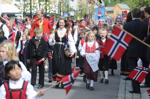 Glade barn i fjorårets tog gjennom Sandefjords gater.