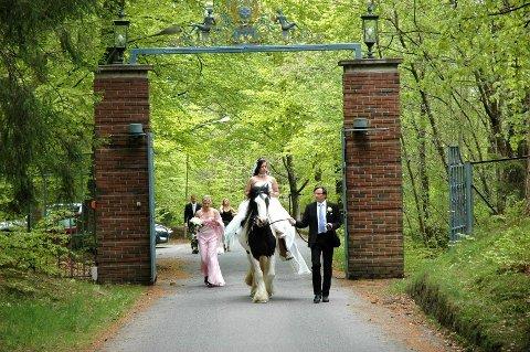 Elisabeth Abrahamsen på vei gjennom porten på Midtåsen, der hun skulle gifte seg med sin Svenn Ivar Lærum.