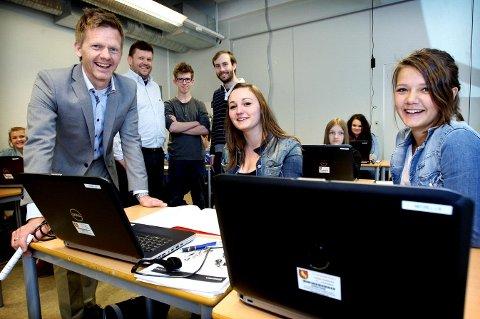 Både ordfører Tage Pettersen og elevene Otilie Martinsen (tv) og Henriette Hermansen kunne smile for at nye maskiner ble tatt i bruk.