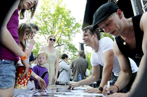 AUTOGRAFJEGERE: Mange ville ha autografen til Post 4-stjernene fra X-Factor, Lasse Kristiansen (fremst) og Vegard Knutsen.