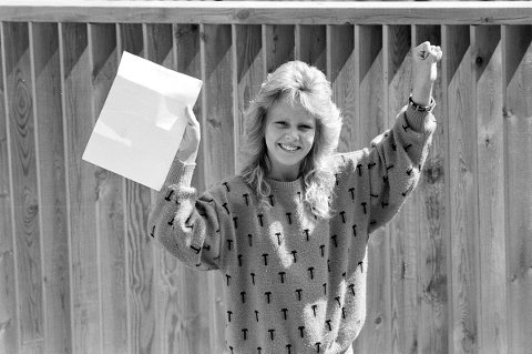 Gressvik-jenta Hilde Anette Jelstad (13) blir FBs deltager i det store Talenttreffet i Fritidsparken i Kristiansand til sommeren: Hun synger, spiller orgel og gitar og konkurrerer i selskapsdans. Foto: John Johansen, FB 23.05.1987