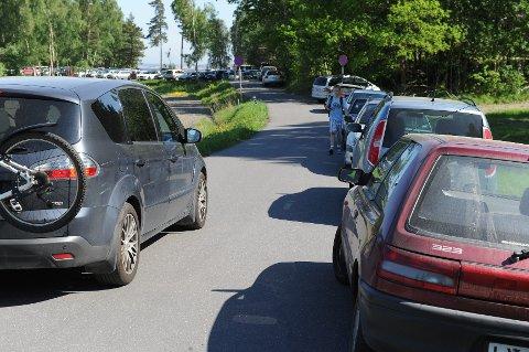 Noen kommer, andre drar. Enkelte klarte å finne en oppstillingplass på den lovlige parkeringsplassen, selv om de kom utpå dagen. FOTO: PER LANGEVEI