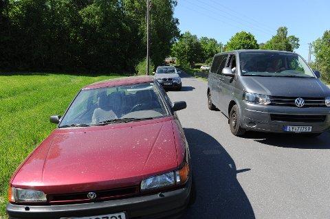 Med biler parkert langs med Skjellvikaveien er det ikke plass til at to kjørende biler kan passere hverandre. FOTO: PER LANGEVEI