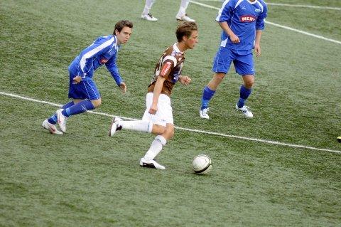 På etterskudd: Niklas Wilkinson (til venstre) og Drammen var et skritt bak Truls Garmo Johansen og de andre Mjøndalen-spillerne onsdag kveld.