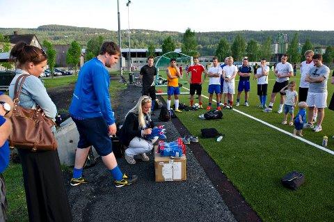 Stians storesøster Monica Arthurson, trener Gøran Nygård og Stians samboer Benedikte Bryde Olsen oppfyller Stians siste ønske – å dele ut et nytt draktsett til sine lagkamerater.