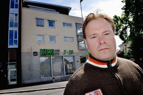 Ronny Snowdon er svært misfornøyd over behandlingen han mener å ha fått fra eier av Kiwi-butikken i Museumsgata. Foto: Janne Grytemark