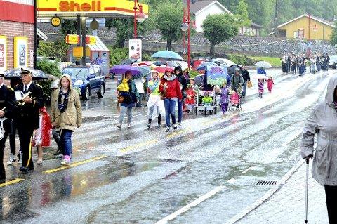 VÅT FESTIVALSTART: Regnet øste ned, men blomstertog ble det allikevel, tradisjonen tro.  Alle foto: Kirvil Håberg Allum