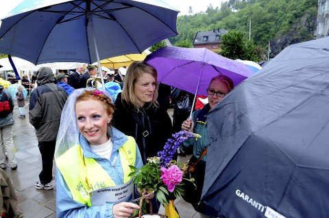 SNART BRUD: Regine Solberg tilbrakte utdrikningslaget sitt i blomstertoget.