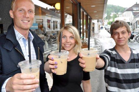 Kristian Martinsen, Emilie Hilsen og Joachim Rong Lunde er imponert over iskaffen de får servert i Drammen.Foto: Heidi Strand