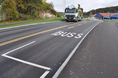 Med nesa på bussen fram til trafikkøya ved rundkjøringen, stanser bussene og sperrer all annen trafikk her.