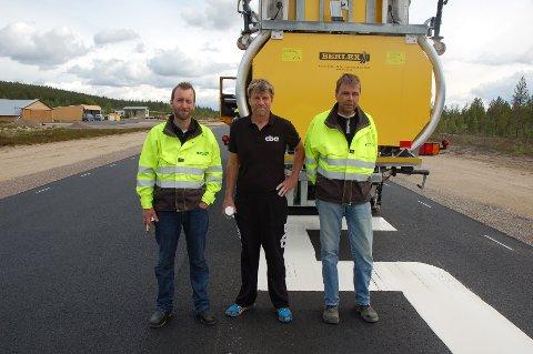 Per Gunnar Stensvaag i Trysil flyklubb (midten) er takknemlig for at Trysil Maskin sponser oppmerkinga. Erik Bakken (t.v.) og Carl Erik Grønland (t.h.)