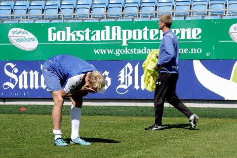 En fortvilet Alexander Gabrielsen slo opp strekkskaden under trening torsdag. Bak SF-trener Arne Sandstø.