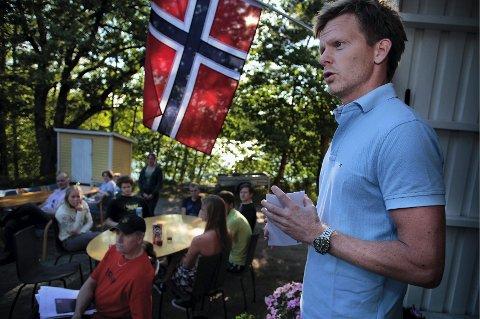 grillnisse Ordfører Tage Pettersen hadde med seg to sjekker på 5000 kroner hver til OL-deltakerne fra Krapfoss.