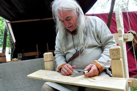 TILBAKE: Danske Harald Juul har tidligere laget flere runesteiner som står i Borreparken og ved Midgard. I år skal han skjære i tre og spille musikk.