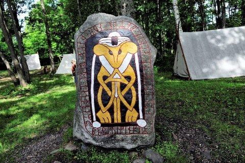 SPESIALLAGET: Runesteinen med inskripsjonen «Borrevikingr satti stein at aldin boman auk thakkar Borri Landnam» ble laget til Horten kommune i 2003. Lett oversatt er det en takk til Borre for plassen Borrevikingene har fått.