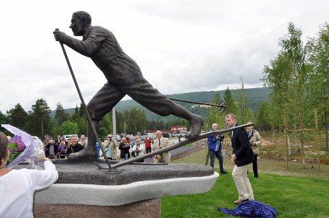 Skipresident Erik Røste (til høyre) hadde sitt første offisielle oppdrag, og satte stor pris på å få avduke Oddbjørn Hagen på sokkel.