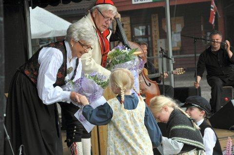 Rendalens yngre garde overrakte blomster til Oddbjørn Hagens to barn, Per Hagen og Liv Øyvåg.