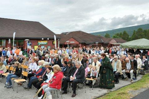 Over 400 personer var møtt fram søndag for å være med på avdukingen og hederen.
