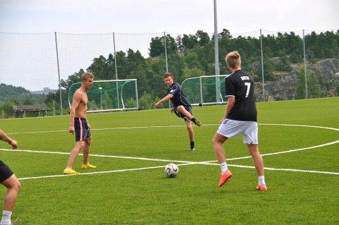 Per Johan Bilov Jentsch (i midten) har stor tro på sitt eget lag i Sandarcupen.