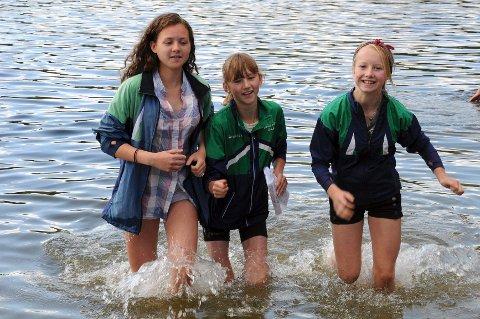 F.v. Silje Arntzen  (16), Synne Strand (13) og Tilla Farnes Hennum (14) fra Lierbygda løp inn til topplasseringer søndag. Foto: Lars-Petter Engesmo