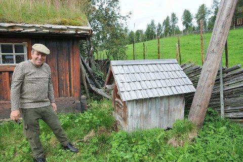 HUNDEHUS: Dette hundehuset er fra 1907 og ble bygd av bestefaren til Jo.