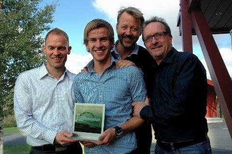 Espen Røe (nummer to fra venstre) mottok mandag Letengstipendet 2012 på 50.000 kroner. Her er han sammen med juryen hos Leteng AS. Sett fra venstre: Knut Flyen, Odd Martinsen og Bjørn Harald Røe.