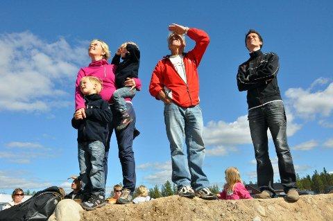OPPSLUKT: Tove Vestli, Carl (4) og Casper (3) Haugen er oppslukt av den akrobatiske flyveroppvisningen som foregår over hodene deres.