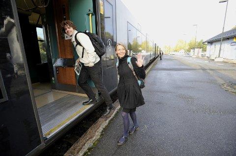 Elin Høifos i Aksjonsgruppa og Simen Sørbøe Solbakken var fornøyd da de gikk på toget torsdag morgen.