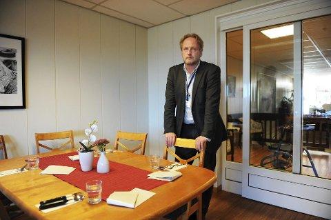 INFORMERTE: Kommunikasjonsansvarlig i Attendo Norge AS, Geir Hansen, var i går på plass ved sykehjemmet Maribu på Tolvsrød. Der informerte han ansatte og beboere om de økonomiske mislighetene som den nå utestengte daglige lederen har erkjent. Foto: Harald Strømnes