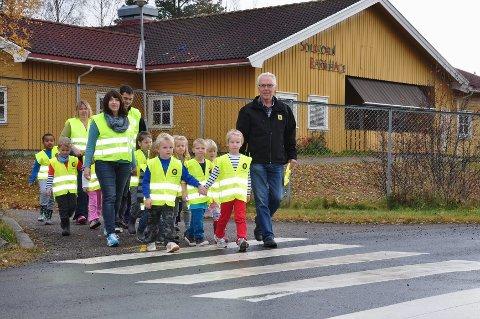 94b8a4c8 Refleksvester: Ungene i «Solkubben» tester de nye vestene i trafikken  sammen med ansatte