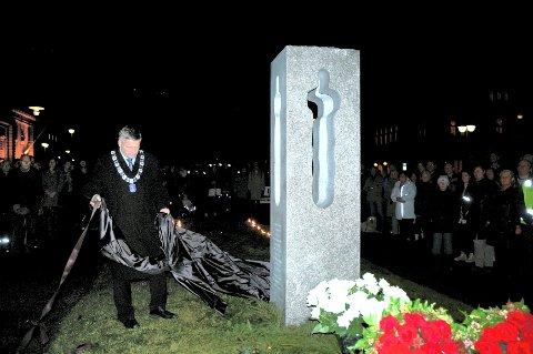 Den nasjonale skulpturen til Nico Wideberg ble torsdag ettermiddag avduket av ordfører Tore Opdal Hansen på Gamle Kirkeplass i Drammen.