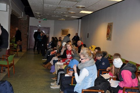 Mange elever var på plass i kommunestyresalen i Notdden torsdag kveld, spent på utfallet av skoledebatten.