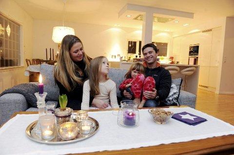FADDERE: Etter å ha sett barnehjemmet og hvilken forskjell det utgjør, har Anette Wego Karlsen og mannen Marcus bestemt seg for å bli faddere. Dette er Mathea (7) og Oda (5) veldig glade for. Foto: Anne-Charlotte Schjøll