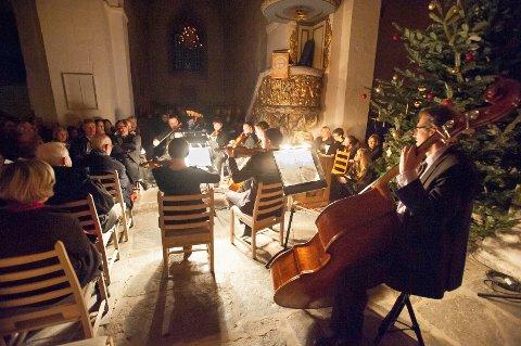 Kammerorkester bidrar til den gode stemningen i Ringsaker kirke i konserten julaften morgen.