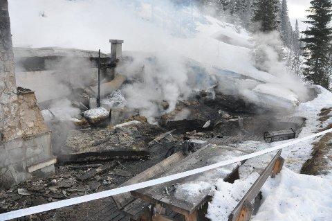 TOTALSKADET: Hytta som ligger i Trysil-Knuts fjellverden i Eltdalen i Trysil brant ned til grunnen lørdag morgen. Hytteeierne overnattet i et anneks ved siden av, og våknet tidlig om morgenen av knitrelyder. Men hytta var overtent og ikke til å redde da brannvesenet ankom.