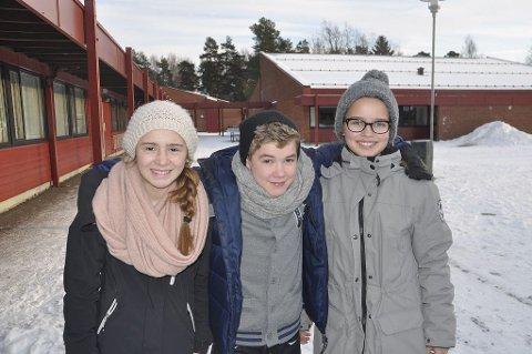 GLADE EIKELEVER: Elevrådet på Eik skole har tatt hovedansvaret for innsamlingen og er veldig glade for et så fint resultat. Fra venstre: Hanna Olaussen (11), Endre Lekve (12) og Thea Sølling Nilsen (12). Trym Island var ikke til stede da bildet ble tatt.