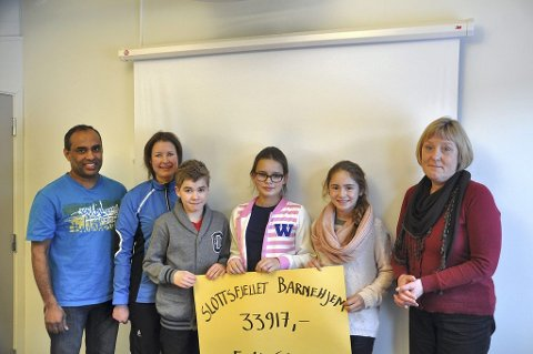 FORNØYDE: Fra venstre: Mukil Navaratnam, Monica Olsen, Endre Lekve, Thea Sølling Nilsen, Hanna Olaussen og Lisbeth Hoem. Foto: Anine W. Karp