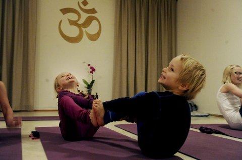 Sofie og Simen Opstad koser seg med å lære yoga.