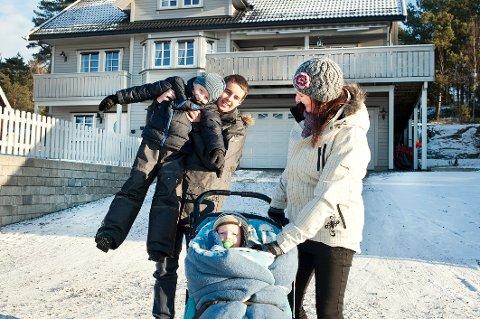 Monica Kristiansen foran huset i Smedhusåsen sammen med eldstemann Kim-Andre, minstemann Mats og storebror Elias