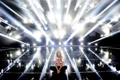 STJERNESKUDD PÅ STOR SCENE: Gymsalen på skoleavslutningen det største stedet Adelén Rusillo Steen (16) har opptrådt til nå. I kveld er hun klar for scenen i Melodi Grand Prix med sin «Bombo». – Jeg gleder meg, sier Adelén. Foto: Anne Charlotte Schjøll