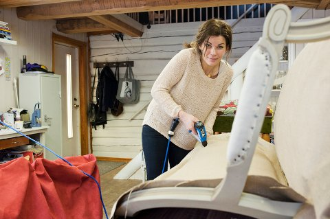 Gammel sofa skal bli ny: Å trekke om krever nøyaktighet og kan være tidskrevende. Lene bruker fort en til to uker på en hel sofa.