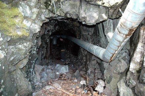 UNDERSØKES: Horten kommune skal sjekke nærmere før de eventuelt fyller igjen denne hula, hvor et ventilasjonsanlegg har sin utlufting, og innerst er det en lav ståldør.